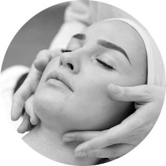 Vores dygtige kosmetikere har 100 % fokus på DIG, når du ligger i stolen. kosmetikerene er behagelige, diskrete og dygtige.